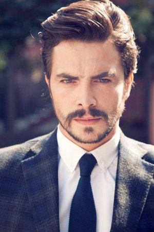Sence hangi erkek oyuncu daha yakışıklı?