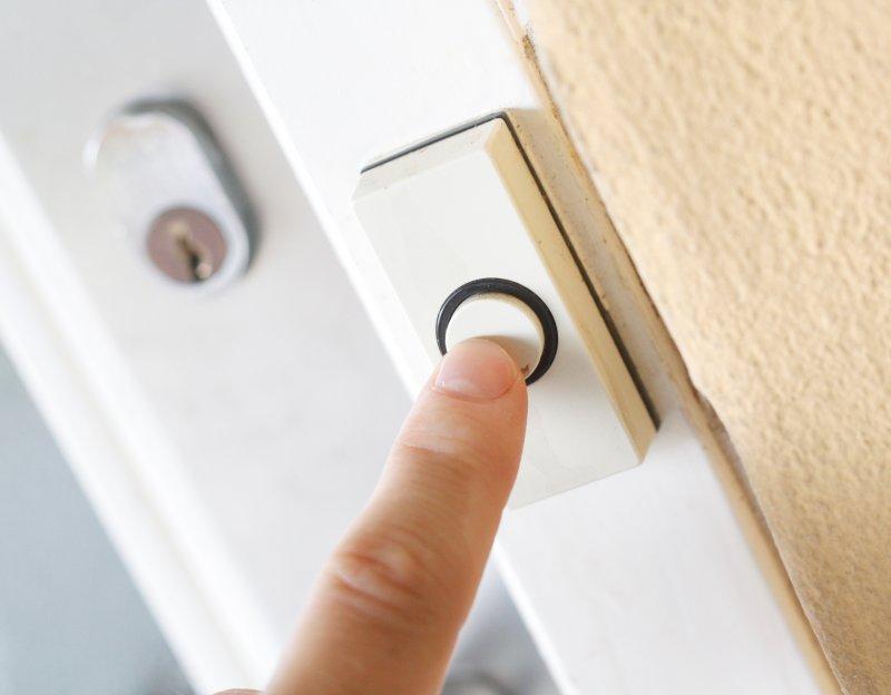 Gece evde yalnızken kapının çalması